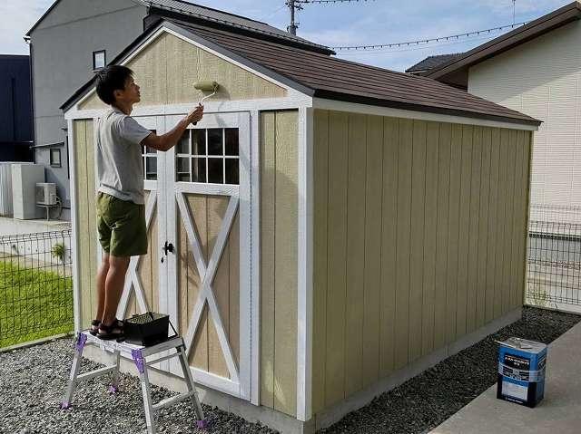 三角屋根の木製ガレージ